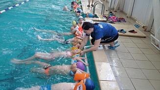 Детей Подмосковья научат плавать